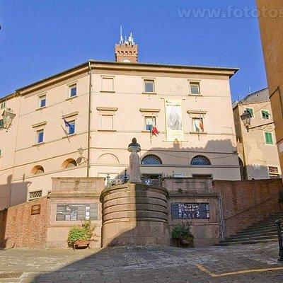 Municipio di Castagneto Carducci presso il quale si trova l' Ufficio Turistico