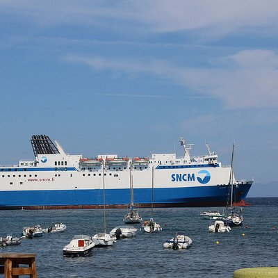 Le ferry qui dépose tous ces touristes!