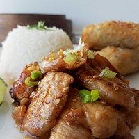 Menu HAPPY THAI; Porc au caramel avec sont riz Nature et 3 pas. de Nems au porc (20€)