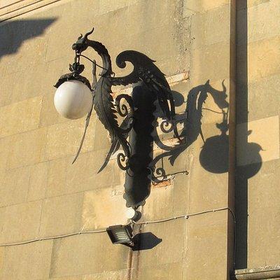 Esterno, lampadario sulla gradinata in giardino.