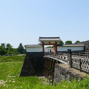 復元された本丸一文字門と大手橋。中は敵の侵入を防ぐ枡形になってます。