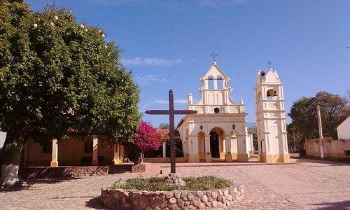 La capilla con la plazoleta empedrada al frente