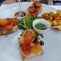 Bruschetta mit Pesto und Chiliöl