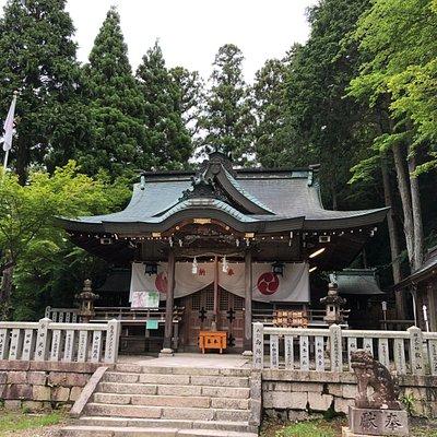 森に囲まれた本殿