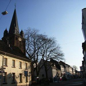 St. Peter von der Einkaufsstraße her betrachtet.