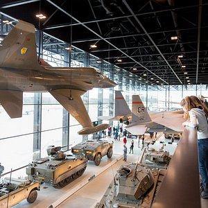 20 vliegtuigen en helikopters aan het plafond
