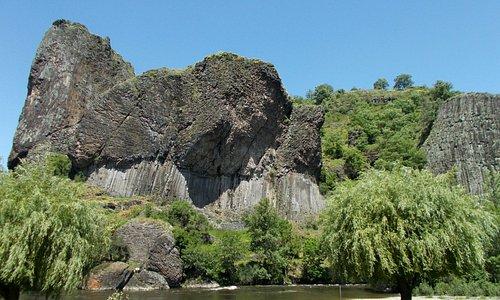 rocher basaltique près de Prades sur les bords de l'Allier