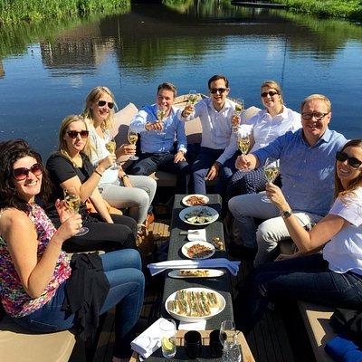 Qualtiy time aan boord van onze Lifestyle sloep; champagne, oesters ... pluk de dag !