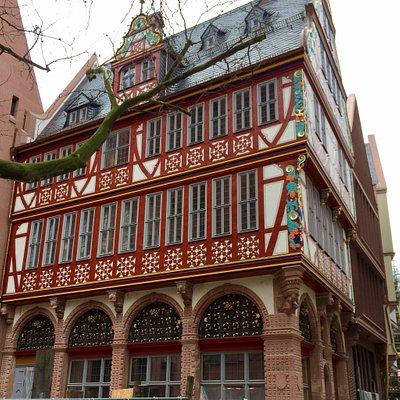 Restauriertes Haus zur Goldenen Waage vor dem Dom