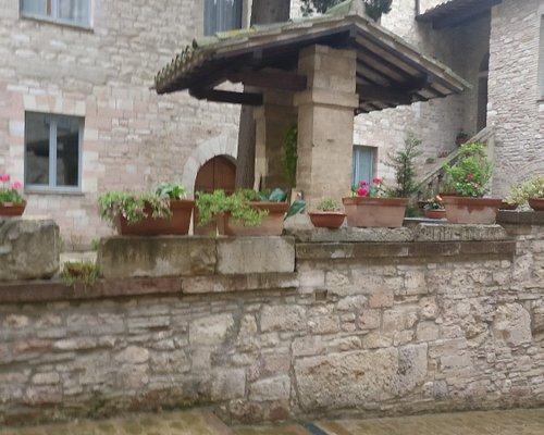 Il chiostro del Vescovado di Assisi dove si trova il Museo della Memoria