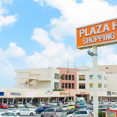 米軍統治下時代の1954年創業の老舗ショッピングセンターPLAZA HOUSE。ダイレクトインポートファッションのロージャースや本格広東料理の月苑飯店などユニークなお店が集う施設です。