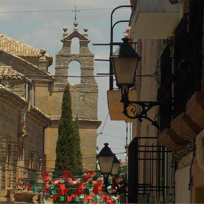 Calle Juan Carlos I. Al fondo, Iglesia de Santo Domingo