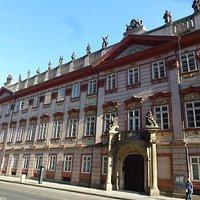 Вид левой части дворца