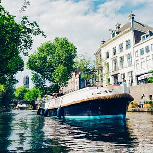 Sloep Huren Utrecht. Eén van onze 3 sloepen vaart door de Oudegracht in Utrecht