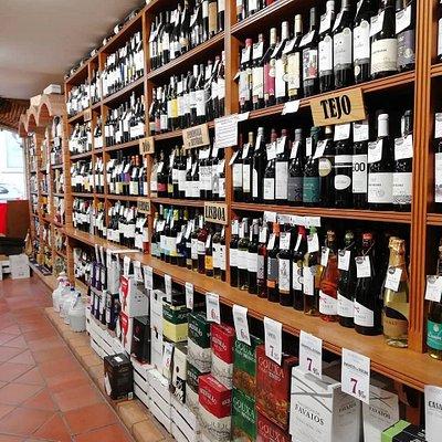 Grande variedade de vinhos portugueses, vinhos do Porto, Madeira, Ginja, etc. Bons preços!