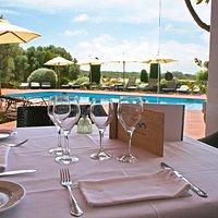 Terraza restaurante morvedra nou con vistas a la piscina y al jardín