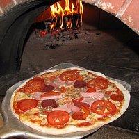 Наша пицца приготовлена по традиционным итальянским рецептам в настоящей дровяной печи!!!