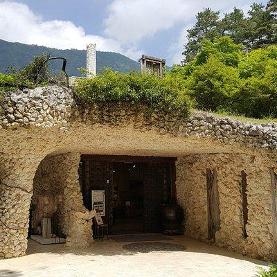 Accesso al botteghino e negozio (realizzato con corallo e calcare di Okinawa)