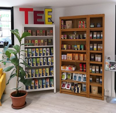 Große Auswahl an Bioteesorten, Sonnentor Tees, Kräutern und Teebeuteln im Teegeschäft.
