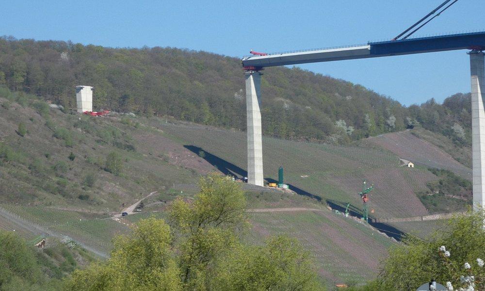 nieuwe brug in aanbouw over de moezel in zell voor de autobaan A60