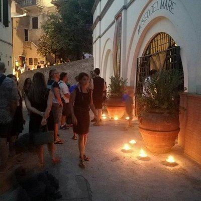 """Il pubblico del Museo aspetta la """"Visita al Buio"""" per scoprire i tesori del Polluce"""