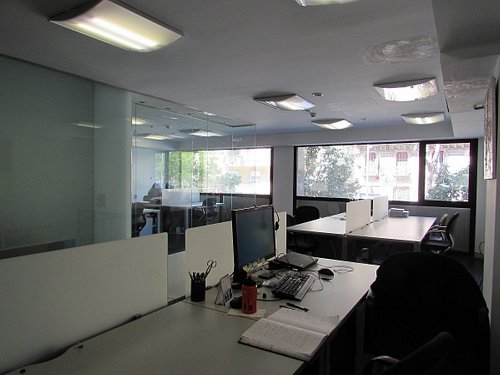Sala de coworking con puestos de trabajo en Oficina24