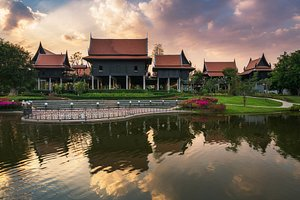 The Clustered Traditional Thai House (Reuan Hmoo)