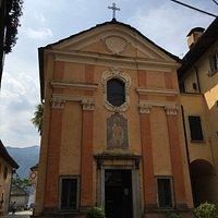 La facciata principale con l'affresco di San Rocco