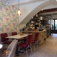 Petit bar al centre de Moià on esmorzar, vermutejar, dinar, vinotejar, cervessejar o tapejar
