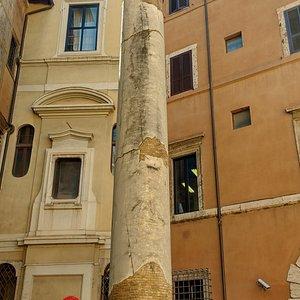 Coluna romana na Piazza dei Massimo, em frente ao prédio homônimo.