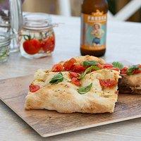 Happy Pizza con farine selezionate, pomodoro pugliese ed erbe dell'orto