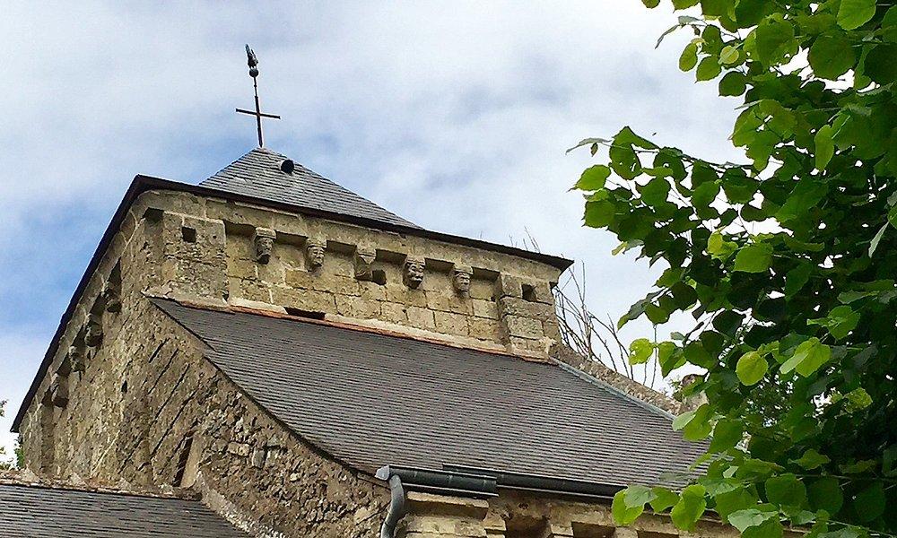 Surprenante église collée à la falaise