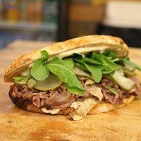 Roast Beef - Pan de masa madre, pepinos, rúcula, mostaza y alioli - Paprika Cultura Sandwich