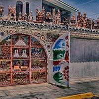 Una portada increíble, con detalles de retablo peruano.