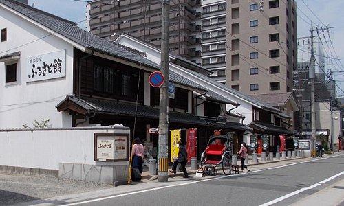 ふるさと館の遠景(櫛田神社は写真手前)