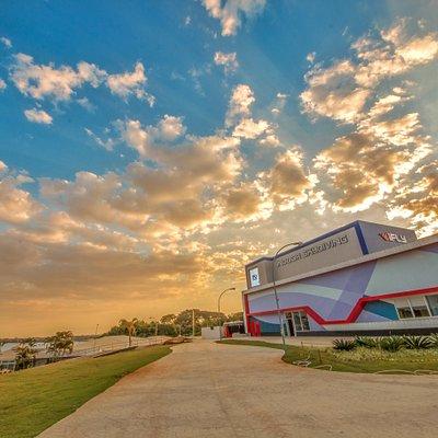 iFLY Brasília é privilegiada e se localiza a beira do lago Paranoá