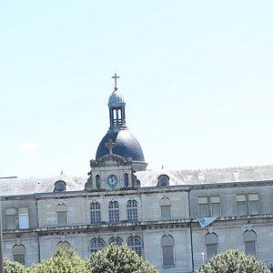 L'ancien hôpital se trouve en bord de Saône