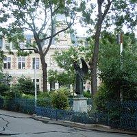 Vue du monument dans le square