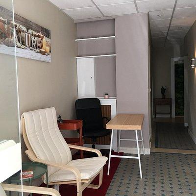 2 cabines, une cabine duo et un accueil chaleureux équipé de 2 fauteuils de massage. Maintenant,