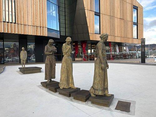 Irish convict women and children statues