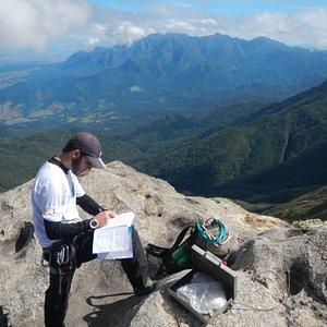 Nosso guia Guga assinando o livro de cume do Pico das Prateleiras, 2539 metros de altitude, PNI.