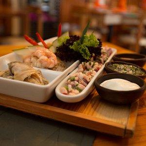 Una tabla con diferentes tipos de productos del mar.