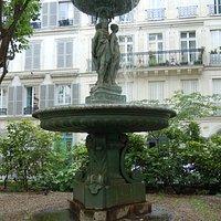 La fontaine au milieu du square