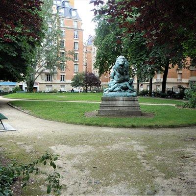 Le square et la sculpture