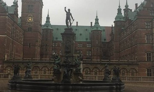 Frederiksborg Caslte/Slot exterior and fountain