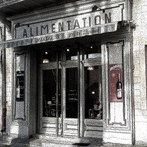 ancienne épicerie sur la place du village