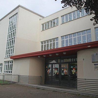 Die Haeslersche Glasschule von 1926/28 (leicht renovierungsbedürftig)