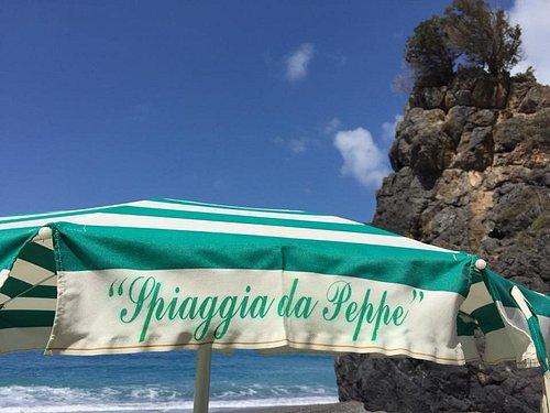 n spiaggia troverete ombrelloni in tela bianchi e verdi e lettini di nuova generazione.