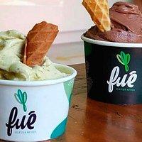 Gelatos naturais de pistache (frente) e chocolate (fundo).