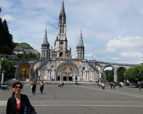 Vue magnifique du sanctuaire marial de Lourdes